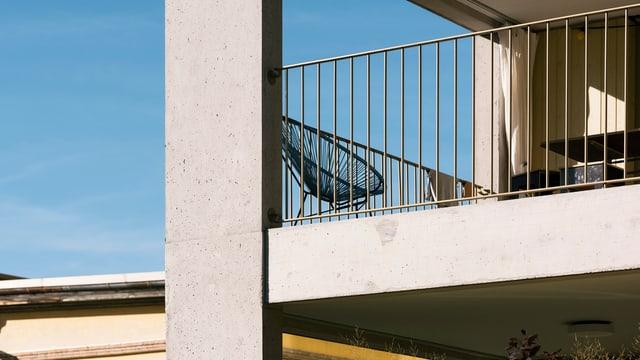 Balkon eines Neubaus.