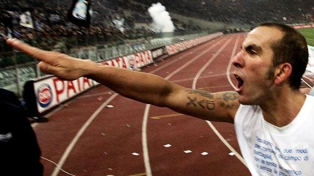 Lazio-Spieler Paolo Di Canio macht einen faschistischen Gruss.