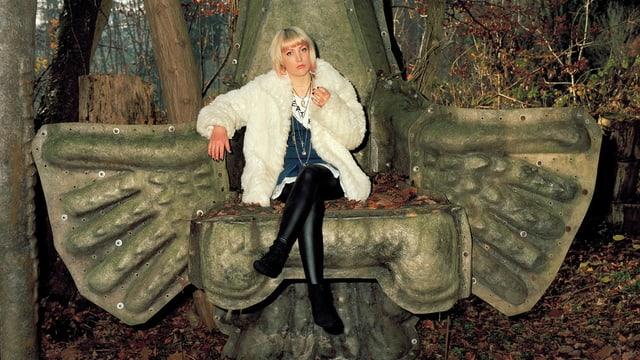 Frau auf Sessel