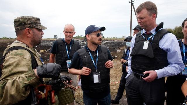 Ein OSZE-Beobachter im Dialog mit einem Kämpfer