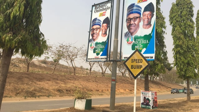 Strasse mit Wahlplakat des Präsidenten