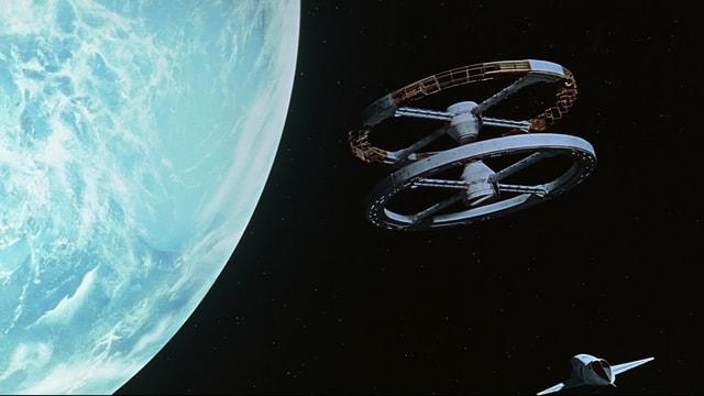Ausschnitt aus Stanley Kubricks Film «2001 – A Space Odyssey» mit einer Raumstation im Erdorbit.