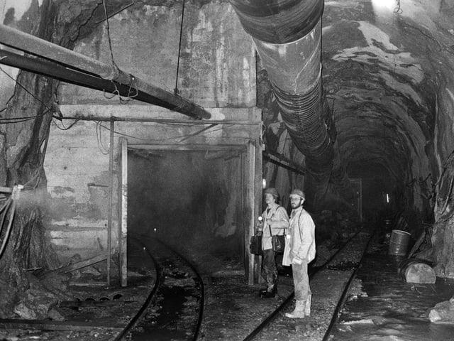 Zwei Arbeiter in der Tunnel-Baustelle mit Abzweigung