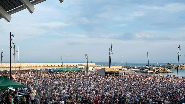 Festivalcrowd direkt am Meer