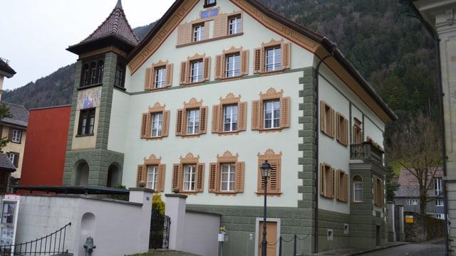 Altes Gebäude mit kleinem Turm.