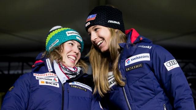 Michelle Gisin und Jasmine Flury freuen sich über ihre Erfolge in St. Moritz.