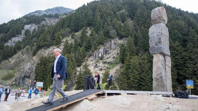 Der ägyptische Investor Samih Sawiris enthüllte beim Kreisel bei der Dorfeinfahrt die Skulptur.