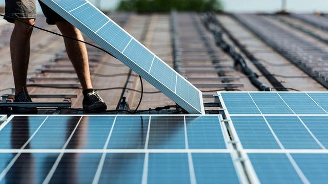 Montage von einer Solaranlage auf einem Flachdach.