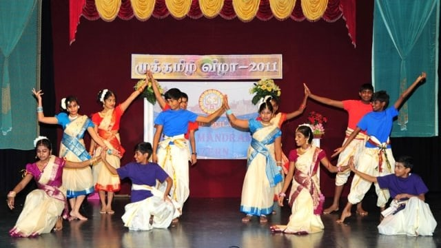 Tamilische Kinder und Jugendliche auf einer Bühne