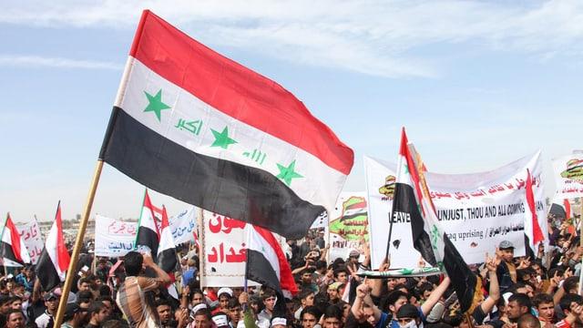 Sunnitische Demonstranten mit Fahnen und Bannern.