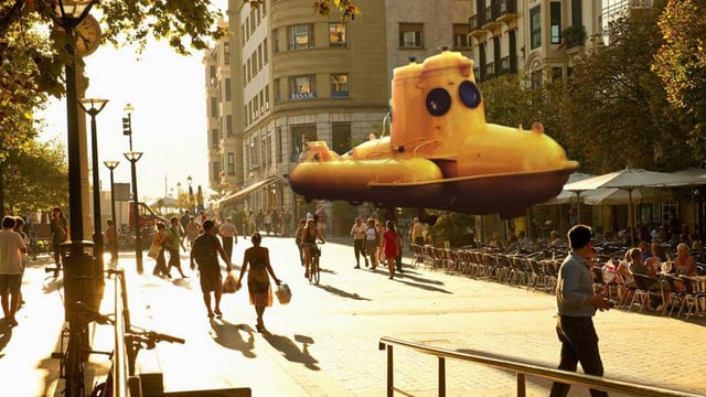 Fussgänger in einer Stadt; ein realistisches U-Boot schwebt in der Luft.