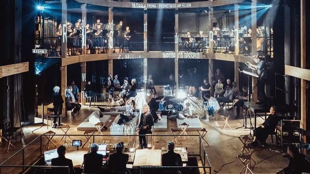Der Theaterraum wurde in einen «Globe» umgebaut. In den Logen sitzen die Musiker. Menschen liegen auf Matratzen oder sitzen auf Stühlen.