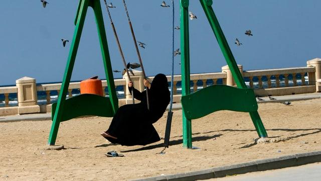Schaukelnde Frau in Burka