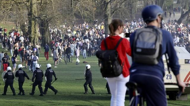 Massentreffen in einem Park, Polizei schreitet ein.
