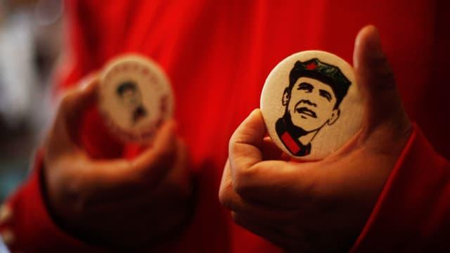 Ein Badge mit einem «Obamao», einer Mischung aus Mao und Obama, drauf.