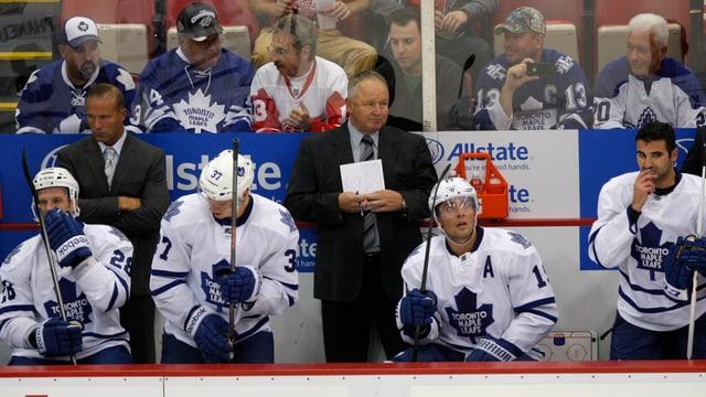 Randy Carlyle während eines Spiels an der Bande der Toronto Maple Leafs.