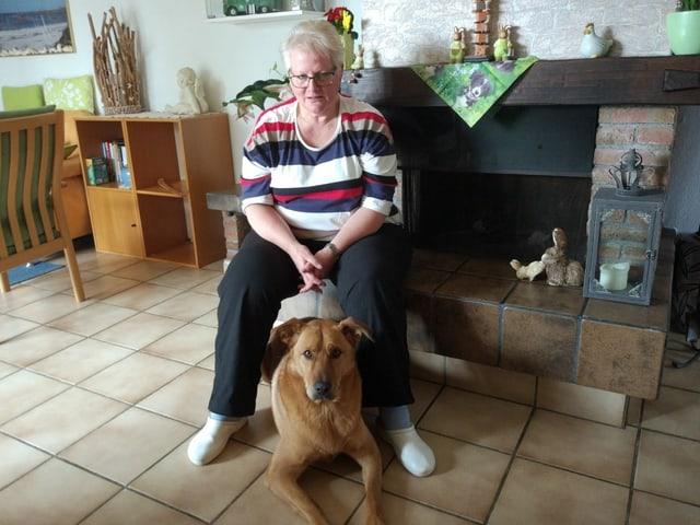 Frau Monique Drago mit Schäfermischlingshund Timor.