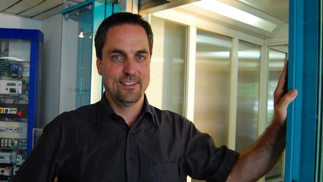 Bernhard Emch in einer Lifttüre.