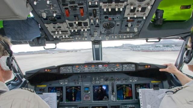 Ein Cockpit mit zwei Piloten.