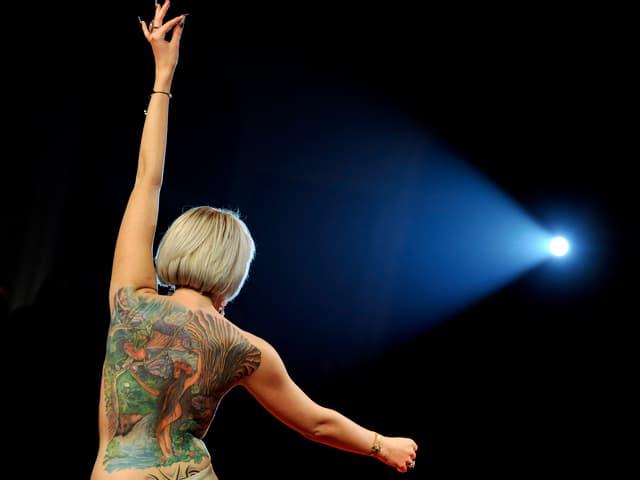 Frau mit nacktem Rücken im Rampemlicht