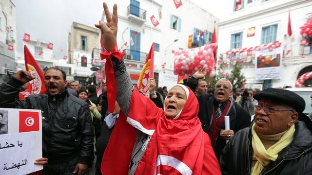 Menschen protestieren in Tunesien auf der Strasse.