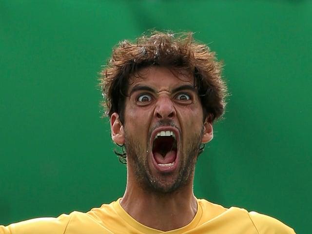 Tennisspieler Thomaz Bellucci schreit auf dem Court.