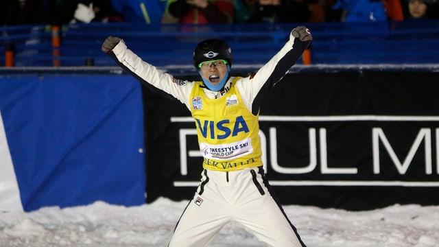 Der chinesische Ski Freestyler Guangpu Qi jubelt.