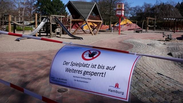 Ein abgesperrter Spielplatz in Hamburg