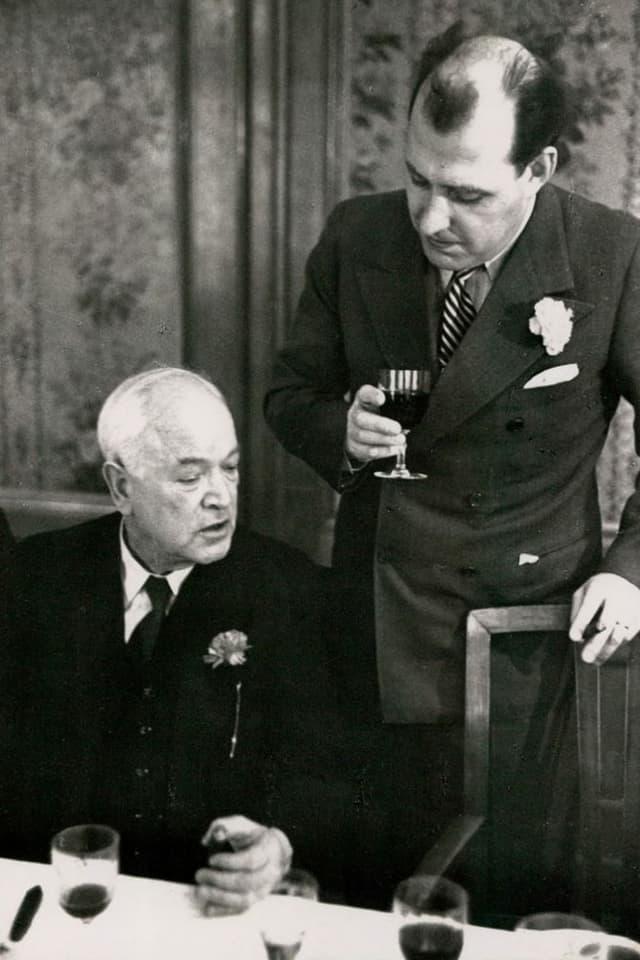 Der sozialdemokratische Nationalrat Robert Grimm (links) zusammen mit dem Zürcher Rechtsanwalt Ernst Imfeld
