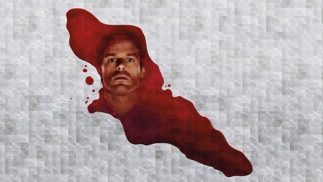 Eine Blutlache auf einem papierähnlichen, abstrakten Hintergrund. Im Blut spiegelt sich der Kopf des Hautpdarstellers.