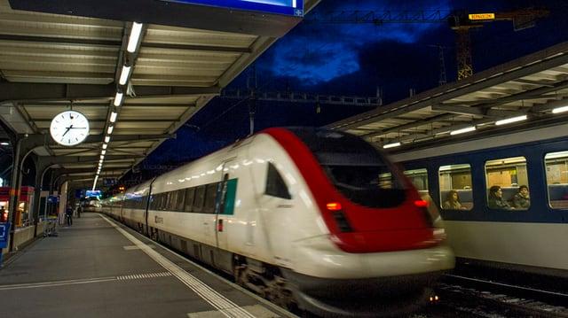 Ein SBB Neigezug fährt aus einem Bahnhof