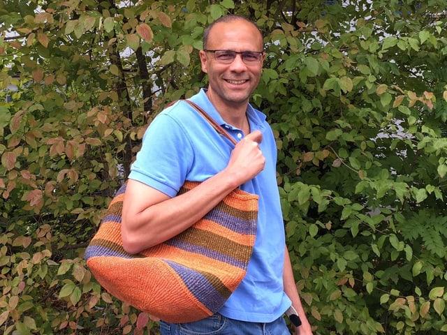 Mike La Marr mit Einkaufstasche.