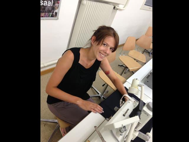 Nathalie Büchi näht den Blazer.
