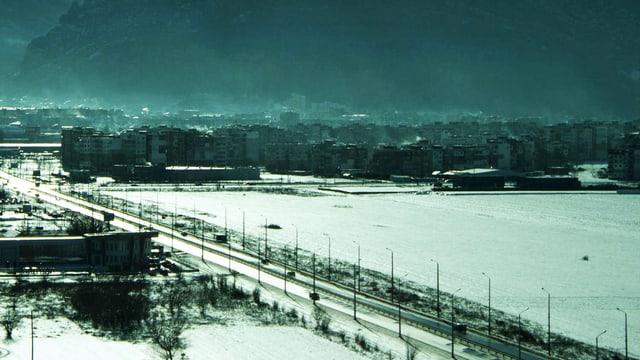 Verschneite Industielandschaft.