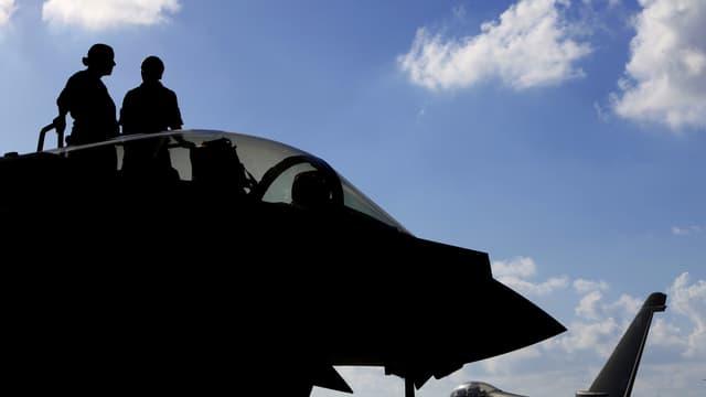 Soldaten auf Kampfjet