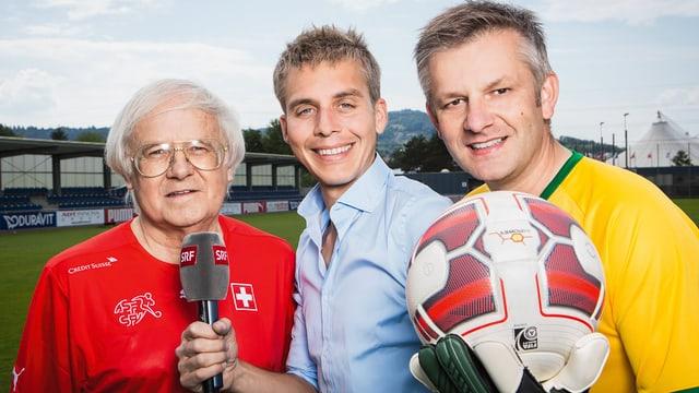 Gilbert Gress, Reto Scherrer mit Mikrofon und Rainer Maria Salzgeber mit Ball