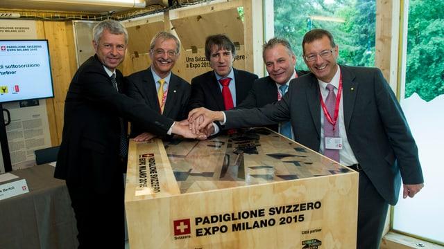 5 umens en vestgadira fina enturn ina chista dal pavillon svizzer