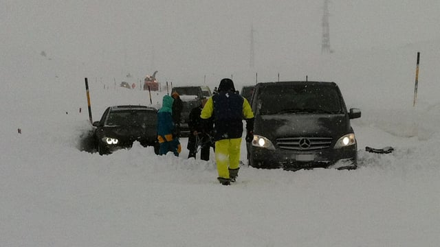 Zwei Autos im Schnee
