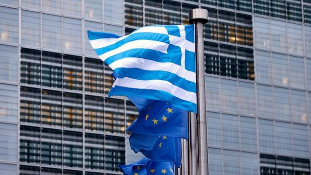 Griechische und europäische Flagge vor einem Gebäude