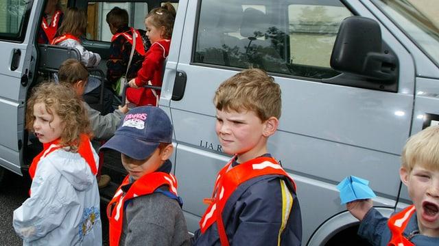Kinder vor Schulbus