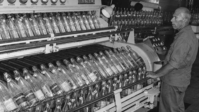 Produktion von Suessgetraenken in der Mineralwasserquelle von Eglisau im Kanton Zuerich, aufgenommen am 21. Juli 1964.