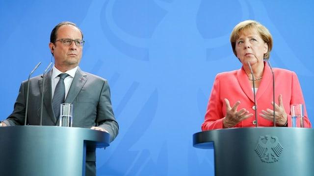 François Hollande ed Angela Merkel al pult avant las medias.
