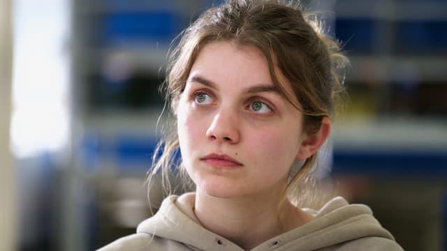 Eine junge Frau mit Kapuzenpulli.