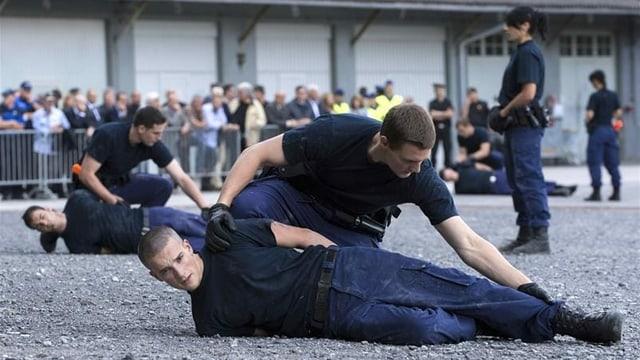 Polizisten in der Schule