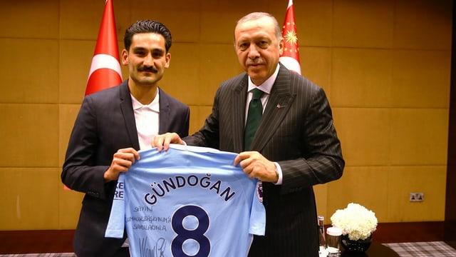 Gündogan mit Trikot und Erdogan