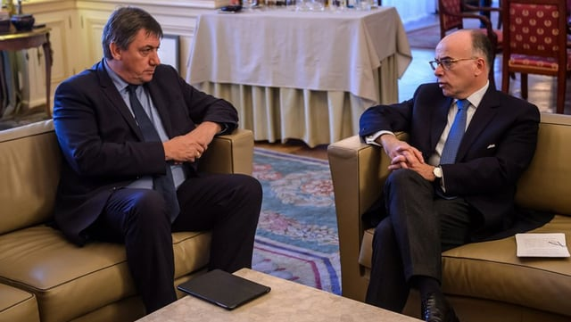 Ils ministers da l'intern Bernard Cazeneuve (F) e Jan Jambon (B) sesan sin canapé e discurran dals attentats da Paris