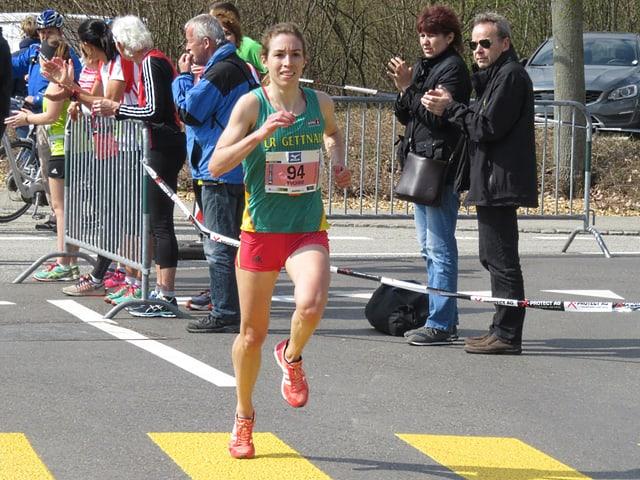Die Läuferin Yvonne Kägi rennt an der Strassen-SM 2017 in Oensingen.