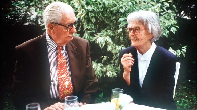 Zeichner Carl Barks mit seiner deutschen Übersetzerin Dr. Erika Fuchs.