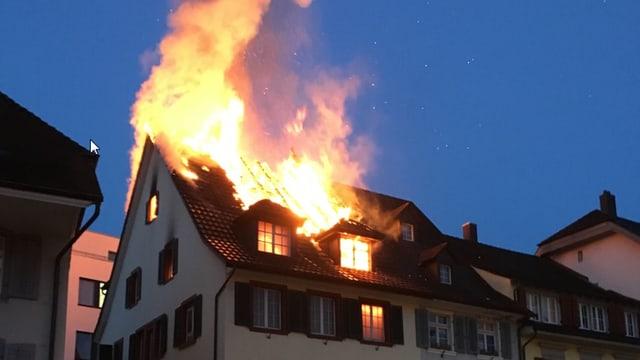 Flammen im Dachstock
