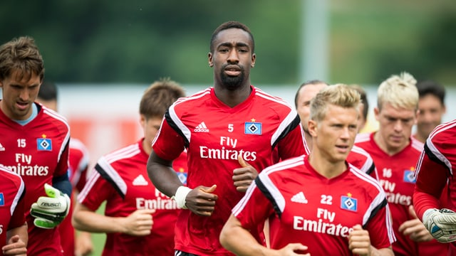 Johan Djourou ensemen cun ulteriurs giugaders dal HSV.